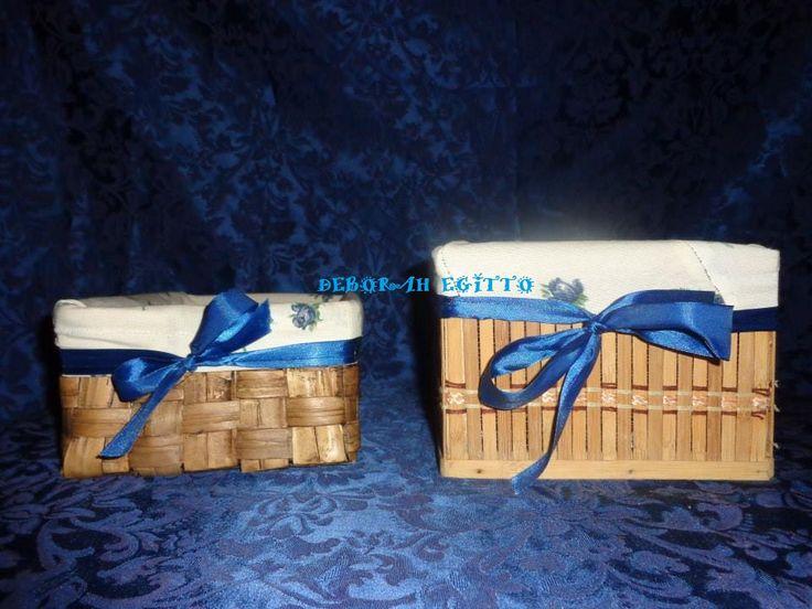 altri vecchi contenitori rivestiti con stoffa e abbelliti con fiocchi blu