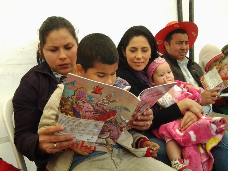 Familia que lee unida, sonríe unida con las fábulas de Pombo.