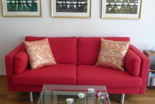 Kuddarna passar väldigt bra även i en röd soffa. Våga färg och glans i din inredning! Fler kuddar på www.mikomi.se
