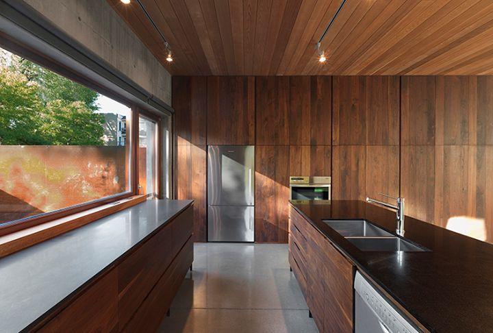 Vue de la cuisine / Kitchen view.  Henri Cleinge Architectes - Résidence Beaumont / Beaumont Residence  © Marc Cramer