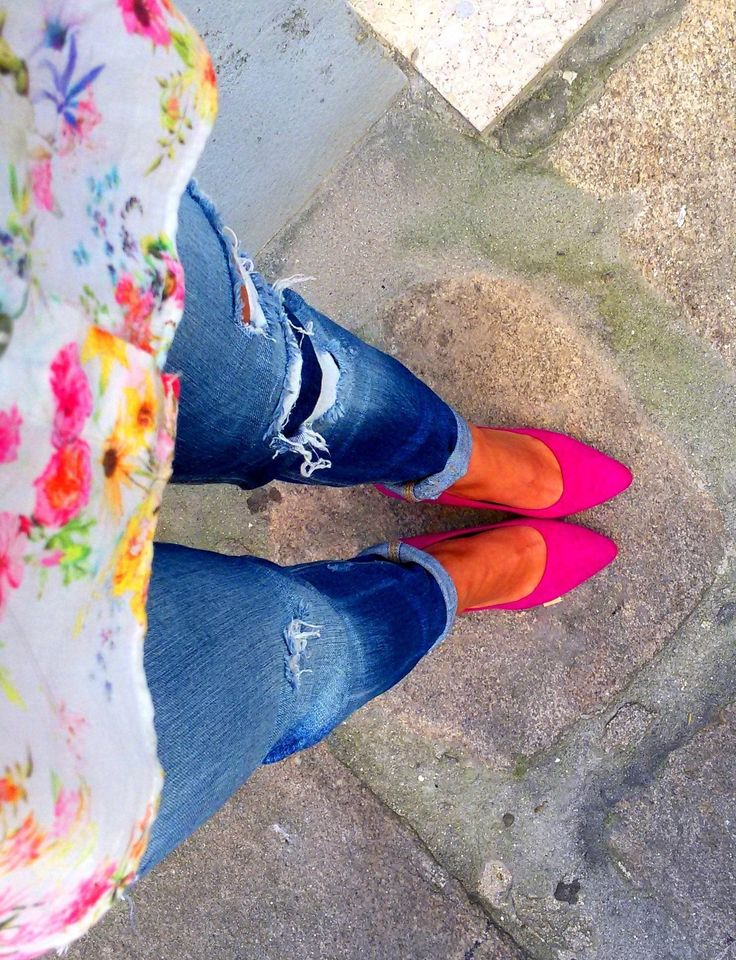 Pink shoes; Flowers; Destroyed jeans; Jeans; Outfit; Moda; Pink