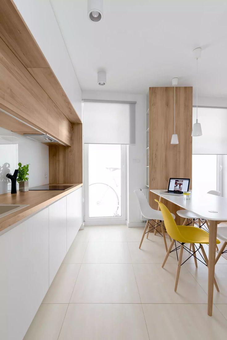 Cucina scandinava in bianco e legno con pavimento ceramica gres porcellanato