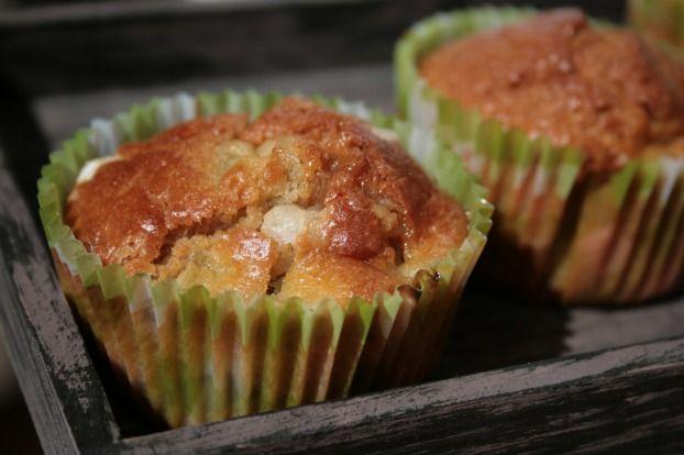 """750g vous propose la recette """"Muffins à la rhubarbe et au sucre perlé"""" notée 4.4/5 par 7 votants."""