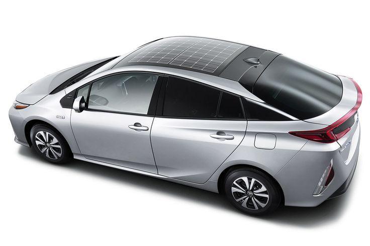 A Toyota apresentou a nova versão do mais popular veículo híbrido plug-in do mundo, o Prius. O automóvel agora conta com uma opção de um painel solar fotovoltaica instalado no teto para recarregar as baterias. A promessa da montadora é que o painel solar instalado no teto do Prius permita recarregar as baterias a qualquer instante, mesmo com o veículo parado, aumentando a eficiência energética em 10%, além de fornecer energia para acessórios como lâmpadas, vidros elétricos e ar…