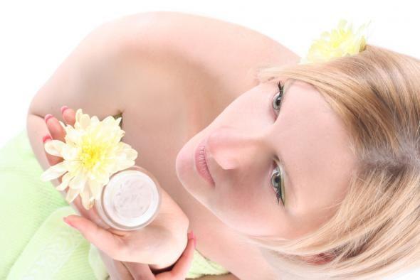 Έχετε ακούσει για τα προϊόντα pass partout. Ε, λοιπόν, ένα από αυτά είναι και το lip balm, αφού ανάλογα με το αποτέλεσμα που θες να πετύχεις εφαρμόζεται σε μαλλιά, νύχια, δέρμα, χείλη, μάτια, μάγουλα κτλ.