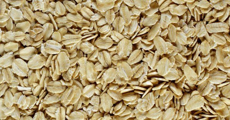 Beneficios de la avena sativa. La avena sativa (más comúnmente conocida como avena) tiene una rica historia como cereal de grano. No sólo es popular, también se utiliza para la cría de ganado. La avena sativa también tiene una gran cantidad de propiedades medicinales muy beneficiosas. Está llena de muchas cosas saludables, incluyendo calcio, almidón, hierro, alcaloides, ...