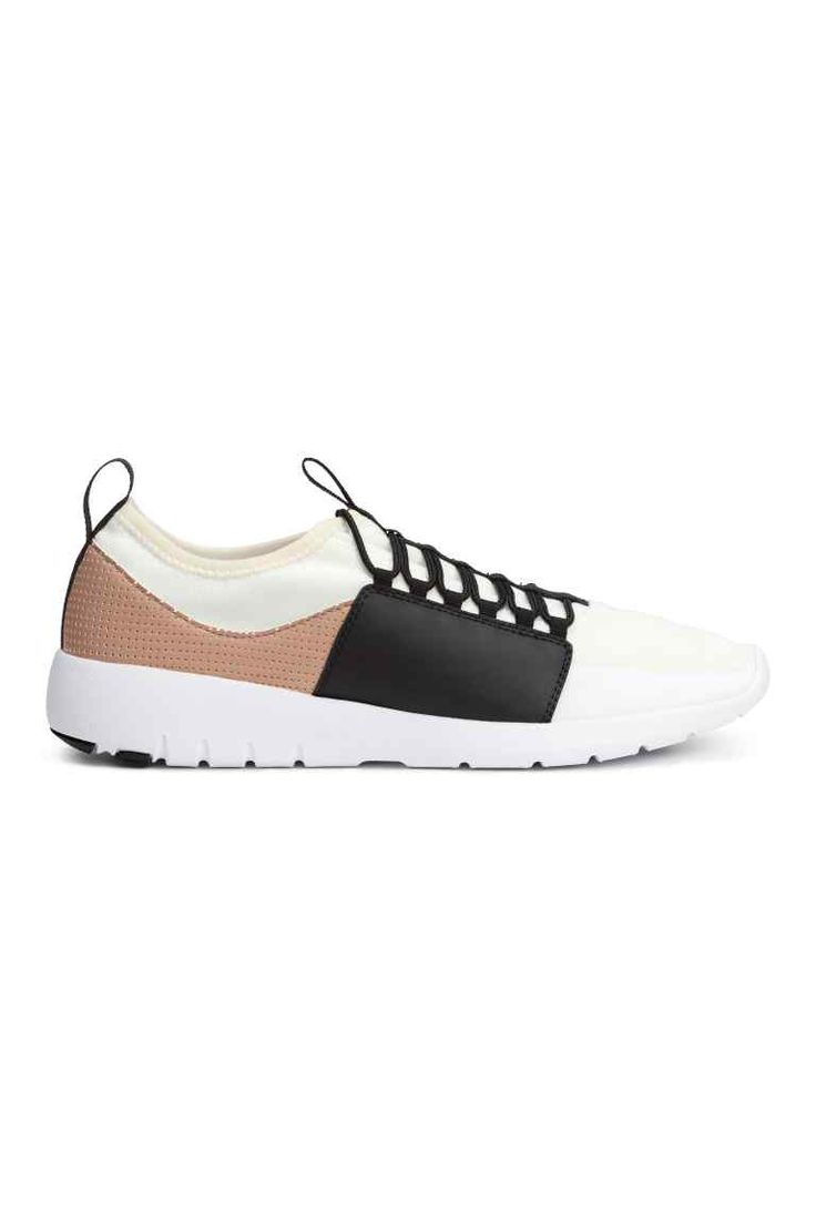 Zapatillas deportivas de malla: Zapatillas deportivas de malla con detalles en piel sintética perforada y goma. Cordones, trabilla detrás, y forro y plantillas de malla. Suelas de goma.