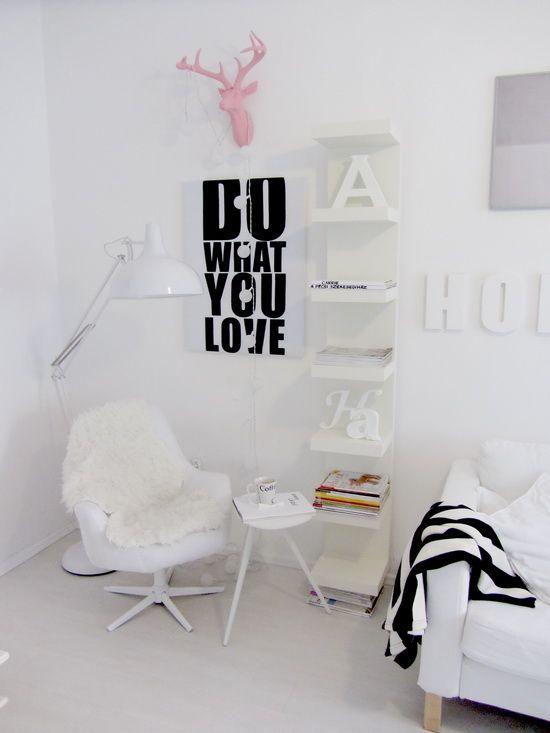 M & A dekor - boekenplank + stoel naast openhaard