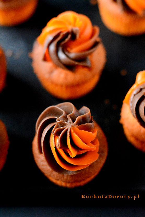 Halloweenowe Babeczki z Kremem. Maślany dwukolorowy krem jest wyjątkowo dekoracyjny i pyszny.