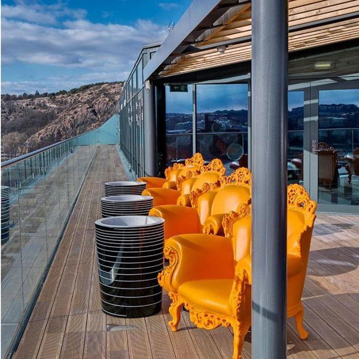 da @NovoAmbiente: O Hotel Radisson Blu Riverside, assinado pelo escritório  Doos Architects, fica no antigo centro de indústria naval de Lindholmen, na Suécia, que tem se transformado em um polo de ciência e inovação. Um dos destaques do projeto é o terraço, pelo contraste entre a estrutura de inspiração industrial e a fileira de poltronas Proust na cor laranja, criação de Alessandro Mendini para a @Magis_Design – no Brasil, à venda na @NovoAmbiente.