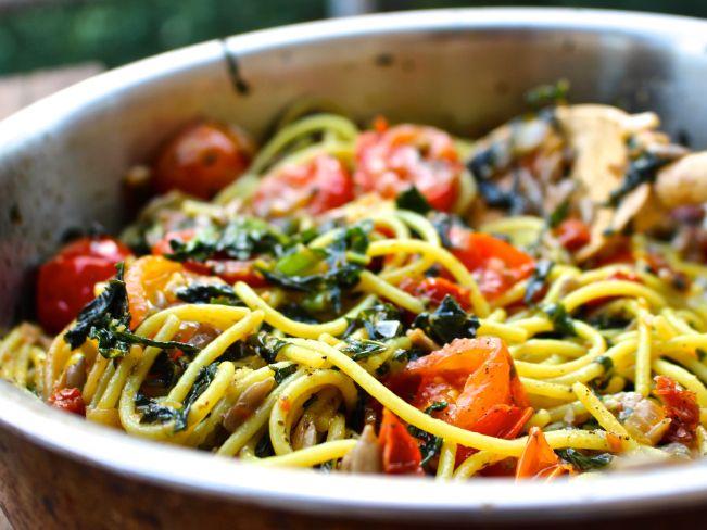 Kikärtspasta med stekt grönkål, vitlök och tomat (glutenfritt, vegan) | Nilla's Kitchen