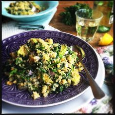 Quinoa met spinazie, avocado & pijnboompitten is gezond en lekker. Het is glutenvrij en zit vol eiwitten, vitamine B en magnesium, ijzer, zink en koper..