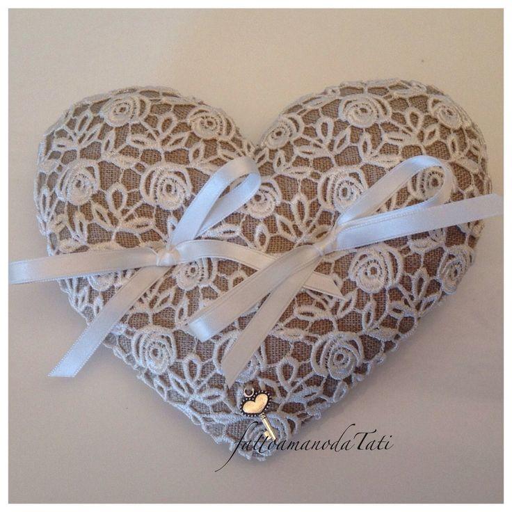 Cuscino per le fedi a forma di cuore in lino ecrù con roselline di pizzo macramè , by fattoamanodaTati, 26,00 € su misshobby.com