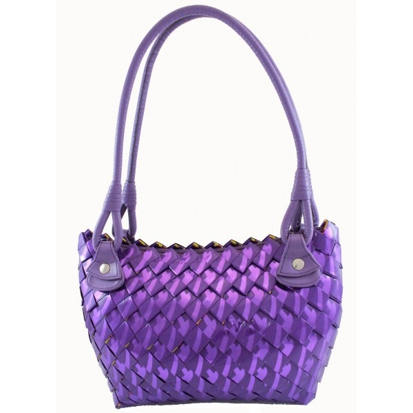 EcoChic Line handbag made of weaved candy wrappers, according to an ancient Mayan technique. The special manufacturing makes the cards staggeredly intertwined, giving an effect similar to the scales of a dragon. Elegant and trendy, the colour of rage, is a must for 2012-2013.