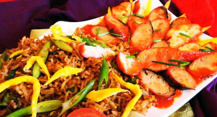Nasi Moksie Metie (koniklijke nasi met geroosterde kip, varken en worst)