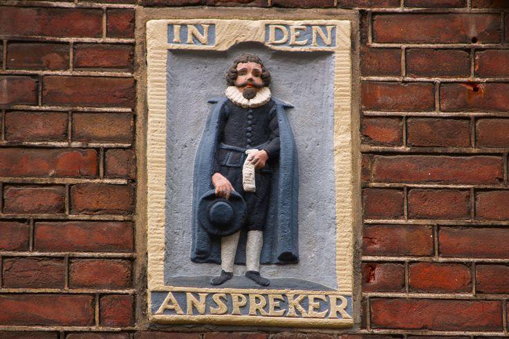 Gevelsteen in de Jordaan in Amsterdam ( Bloemstraat). In dit huis woonde destijds een aanspreker: de man die de uitnodigingen voor een begrafenis rond bracht. Hij is hier in vol ornaat te zien.
