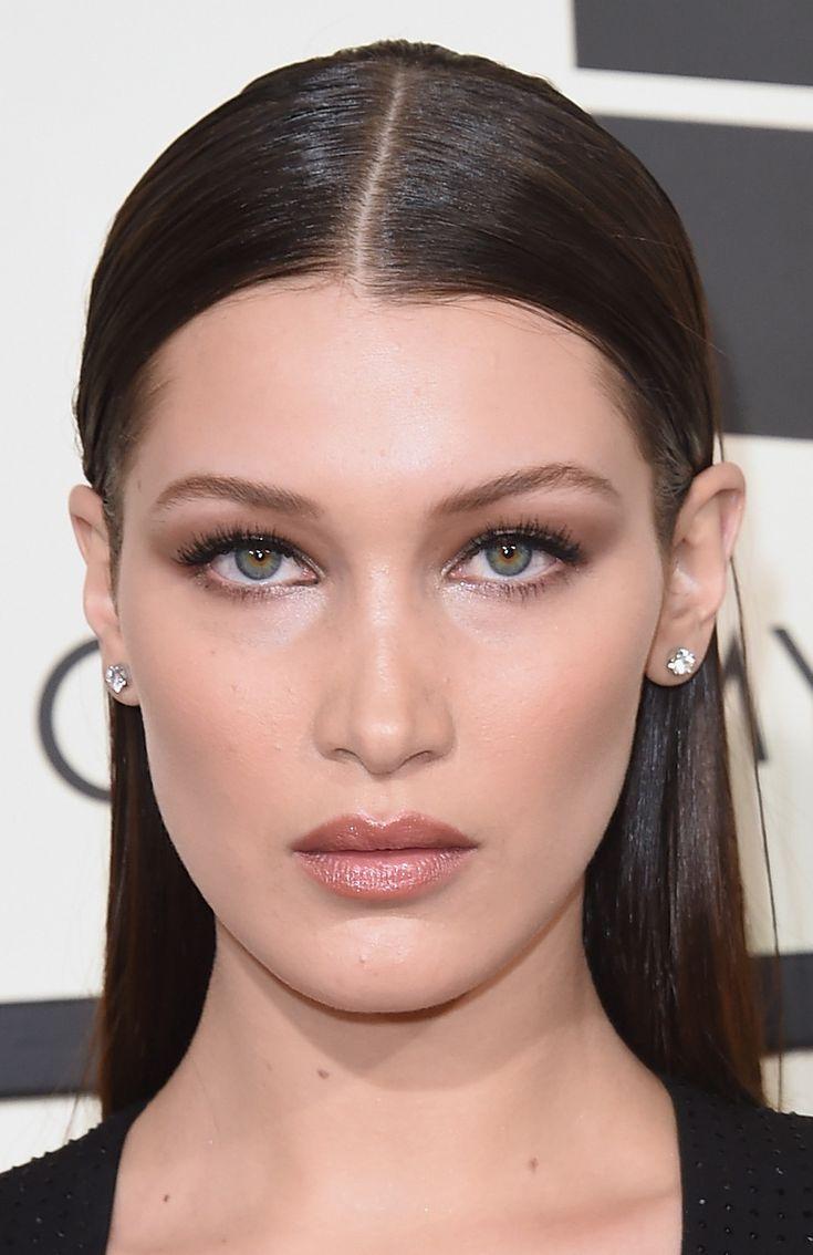 Bella Hadid foi bem minimal com esfumado invisível só para fazer um contour dos olhos, canto interno iluminado, postiços e um delineado discreto. O cabelo também minimal bem esticado e todo para trás do ombro