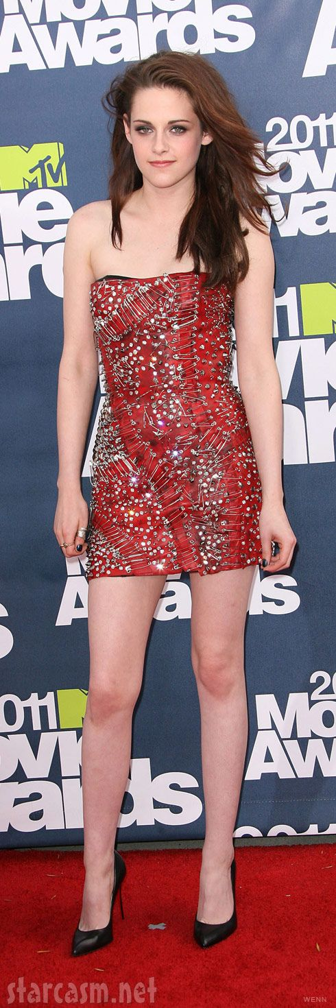 Kristen Stewart Red Carpet Dresses with pins | Kristen Stewart on the red carpet at the 2011 MTV Movie Awards #Creative