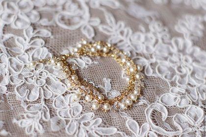 Купить или заказать Свадебный браслет из жемчуга Swarovski и кристаллов в интернет-магазине на Ярмарке Мастеров. Очень красивый и элегантный свадебный браслет на цепочках с хрустальным жемчугом Сваровски (оттенка cream pearl) и чешскими кристаллами. Жемчуг и кристаллы очень красиво мерцают и сверкают) В браслете использована качественная корейская фурнитура с позолотой 16К.