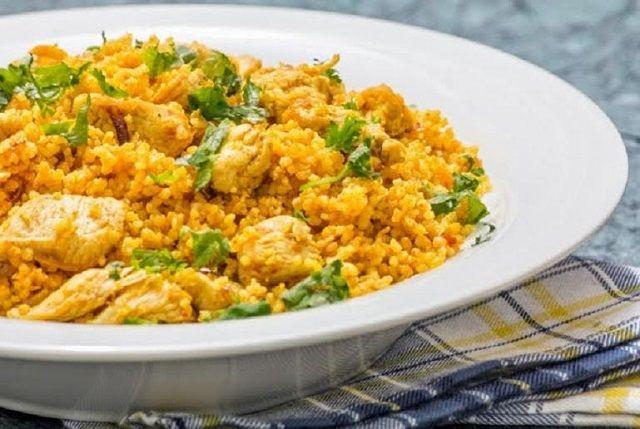 Káprázatos recept, mostanában szinte hetente elkészítem! Hozzávalók 30 dkg csirkehús 20 dkg kuszkusz 2 evőkanál olaj 2 evőkanál apróra vágott zöldfűszerkeverék (metélőhagyma, petrezselyem) ételízesítő só Elkészítése A csirkehúst csíkokra vágjuk. Megszórjuk a fűszerkeverékkel, meglocsoljuk az olajjal, és hagyjuk félórát pihenni. Utána serpenyőbe tesszük, és megsütjük, megpirítjuk a húsfalatokat. Közben a kuszkuszt egy edénybetesszük. Pontosan dupla …