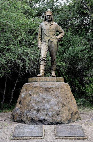 Estátua do explorador, médico e missionário escocês David Livingstone, no Parque Nacional das Cataratas de Vitória, no Zimbábue. As cataratas ficam no rio Zambezi, fronteira entre a Zâmbia e o Zimbábue. Livingstone foi o primeiro europeu a ver e registrar as cataratas, em 1855, e deu-lhe o nome em homenagem à rainha do Reino Unido, Vitória.  Fotografia: Stephane De Sakutin/AFP.