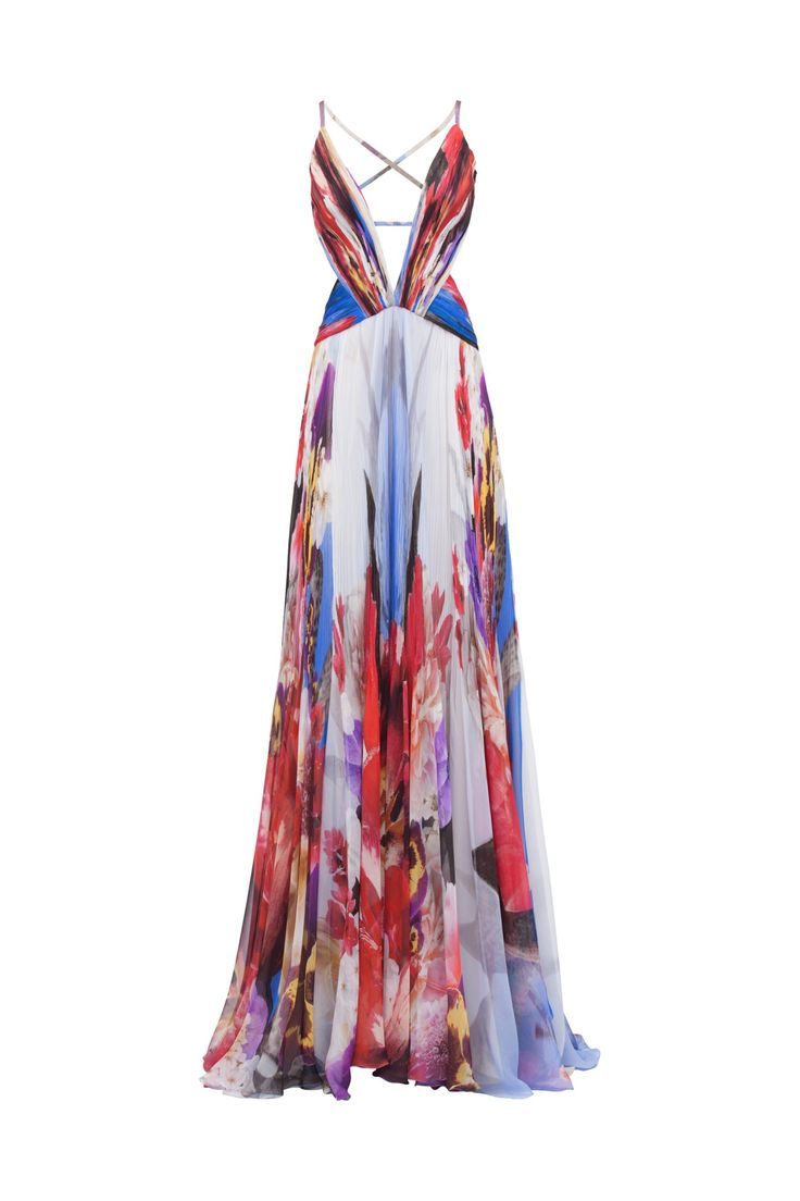Drapeados exaltan el escote y los laterales del vestido de seda estampada. Falda con cola.