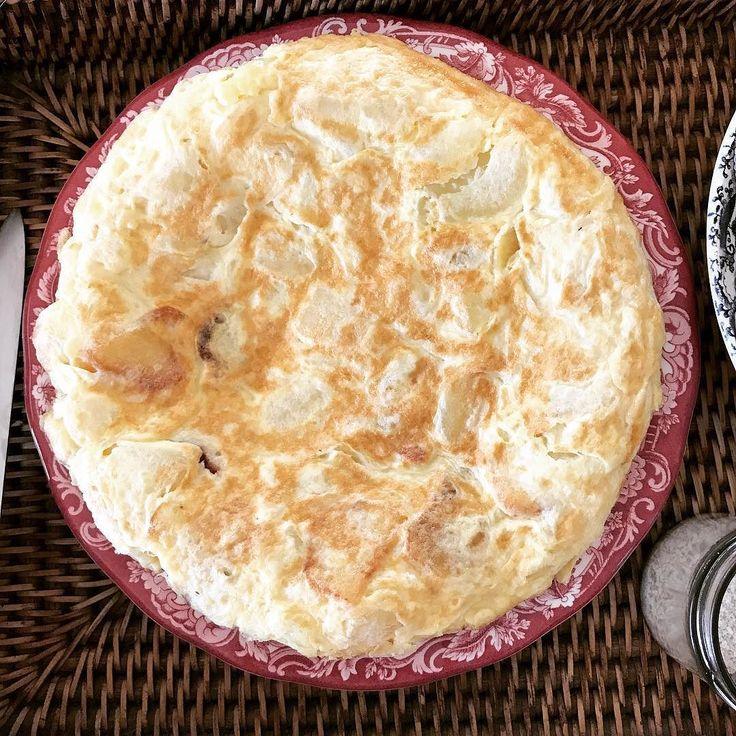 Hoy toca #tortilladepatatas y #ensaladawaldorf pero la salsa la he hecho #sinlacteos solo #mayonesa  y #lechedeavellana con #chia necesitaba la #clorofila del #apio #organic  reemplace las #uvas pasas por #datiles y las #nueces  son #eco . En la tortilla las patatas y los huevos son también #ecologicos      #vegeta #goku #dragonballsuper #gohan #trunks #dragonball #dbz #dragonballz #dbs #goten #beerus #whis #db #frieza #dragonballgt