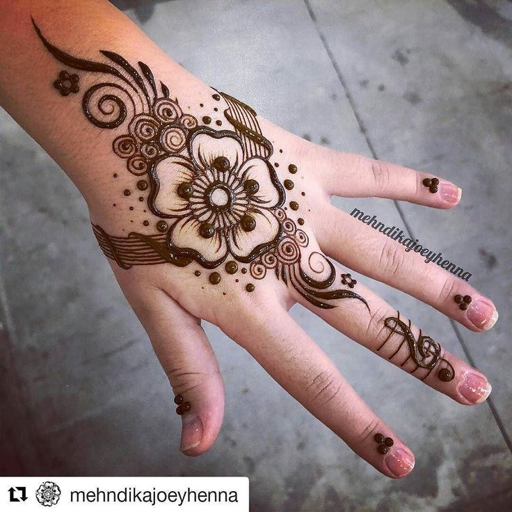 #follow@hennafamily #hennafamily #Repost @mehndikajoeyhenna Madison got a henna voucher for her Christmas present and came in with her Mum @thesocietylv yesterday for her first ever henna! She had the idea for the treble clef because she loves music and i explained that i dont typically take requests but because it was such a good idea i went with it! I decided to put it on the middle finger what do you think of Madisons idea? #mehndi #mehandi #mehendi #heena #henne #mendi #hennaart #henna…