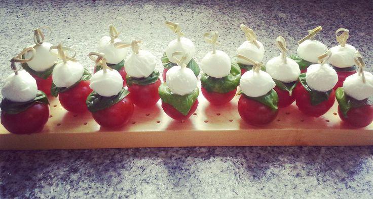 Bolletjes mozzarella, blaadjes basilicum en cherrytomaatjes. Simpel, lekker en ziet er leuk uit!