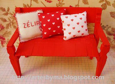 mini sofá com pregadores de roupa