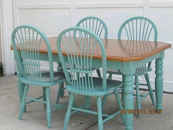 Mesa y sillas pintadas