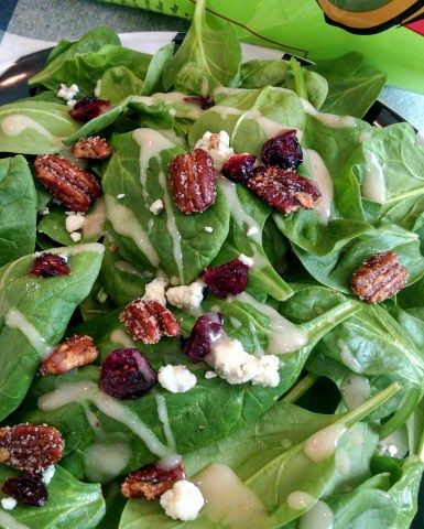 Trader Joe's Baby Spinach Complete Salad With Cranberries, Candied Pecans, Miner's Blue Cheese & Raspberry Vinaigrette 14oz/396g $4.49 トレーダージョーズ ベビースピナッチのサラダキット