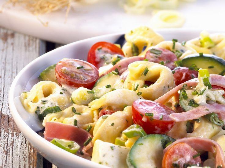 Perfekt für die Mittagspause: Deftiger Tortellinisalat | Zeit: 25 Min. | http://eatsmarter.de/rezepte/deftiger-tortellinisalat