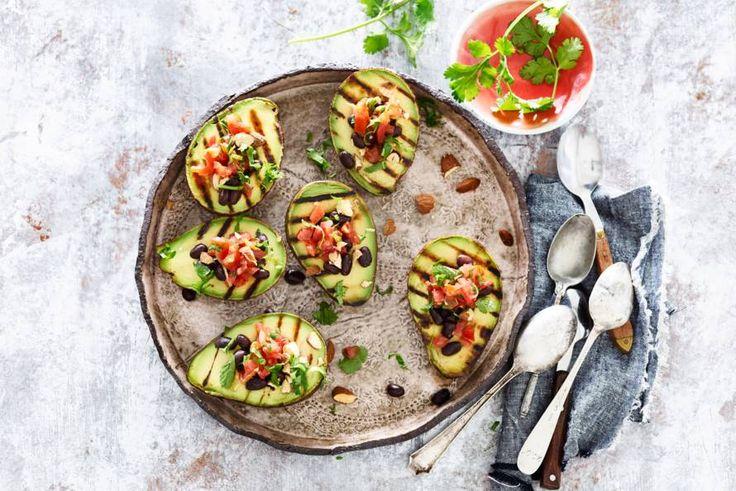 We grillen geen burgers op de barbecue, maar deze keer avocado. En serveren 'm met een lekkere salsa en zwarte bonen - Recept - Allerhande