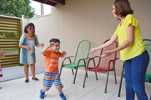 Crianças emocionam ao torcer por colega que andou sozinho pela 1ª vez aos 6 anos Sala de aula para quando Davi, aluno com paralisia infantil, anda sozinho pela primeira vez e crianças gritam em coro: vai Davi