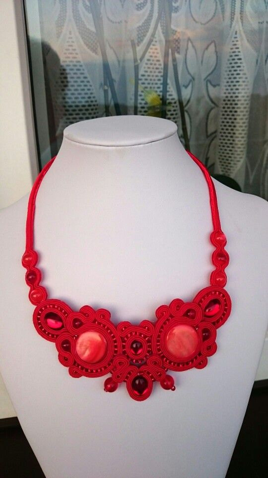 Pięknie błyszczący czerwony naszyjnik z kaboszonami szklanymi i z masy perłowej.