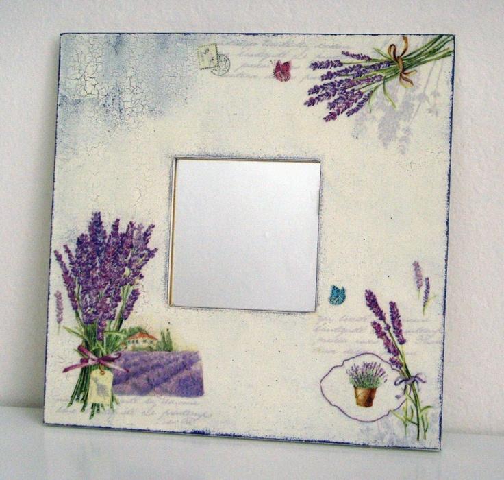 Dopisy z Provence Zrcadlo s motivem levandulí a písma, ozdobené technikou decoupage, patinování a krakelování. Ošetřeno matným lakem. Materiál: masivní borovice, sklo Rozměry: 25,5x25,5x1 cm.