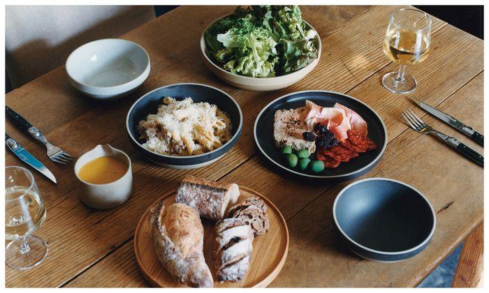 日本有数の釜業の盛んな地域、長崎県波佐見町。そこで受け継がれた伝統的な技術を使ったテーブルウェアを制作している「HASAMI PORCELAIN(ハサミポーセリン)」。LA在住の篠本拓宏氏のディレクションにより波佐見焼が現代的に生まれ変わりました。