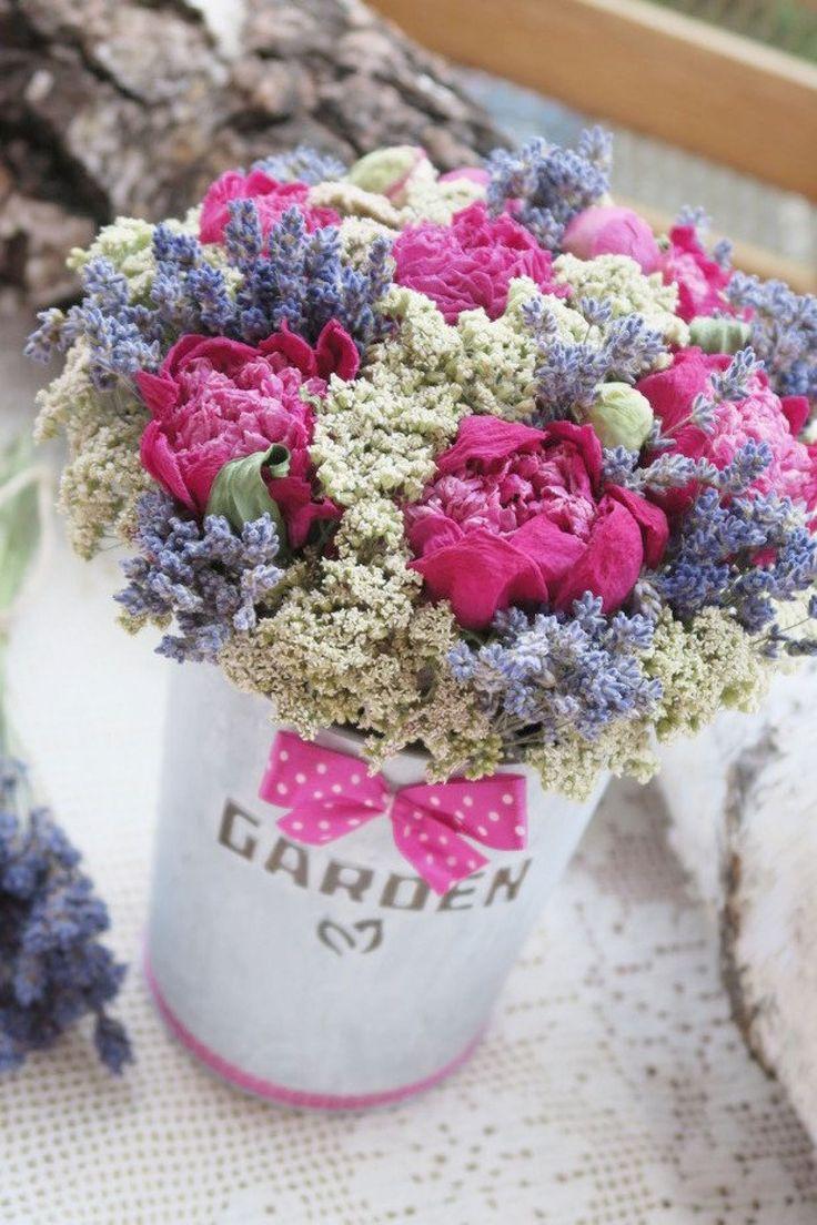 """Dekorace """"Garden"""" - Romantická dekorace v plechovém vintagekvěináči (nápis """"Garden"""" a symboljsou plastické, tzn. vystouplé).  Výška s nazdobením cca 25 cm, výška květináče 16 cm, šířka s nazdobením cca20 cm. …   vavavu"""