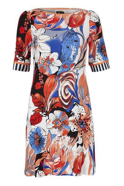 Fie kjolen er en lille let sag. Den er lavet af blød viskose jersey med et fantastisk blomster mønster. Ærmerne er kantet med en flot blå og hvid stribe.