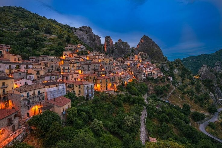 Castelmezzano in de regio Basilicata telt nog geen duizend inwoners, nochtans is het er prachtig vertoeven in de huizen die vaak tegen de bergwand zijn gebouwd.