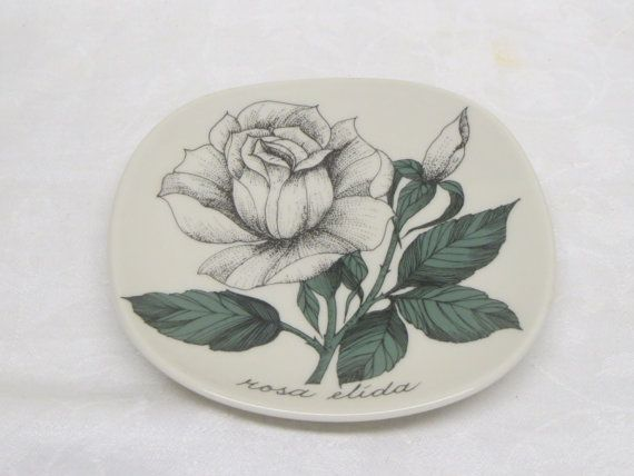 A small wallplate of Arabia Finland, designed by Esteri Tomula. Rosa Elida/White rose.  In good condition.  12 x 12 cm/4.72 x 4.72 .