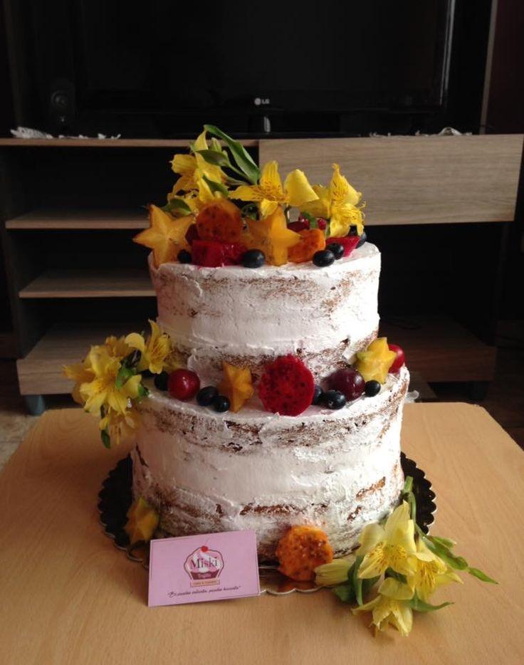#nakedcake decorada con #flores y #frutos. Gracias Sheyla por elegirnos!!  #astromelias #arandanos #tuna #ciruela #carambola