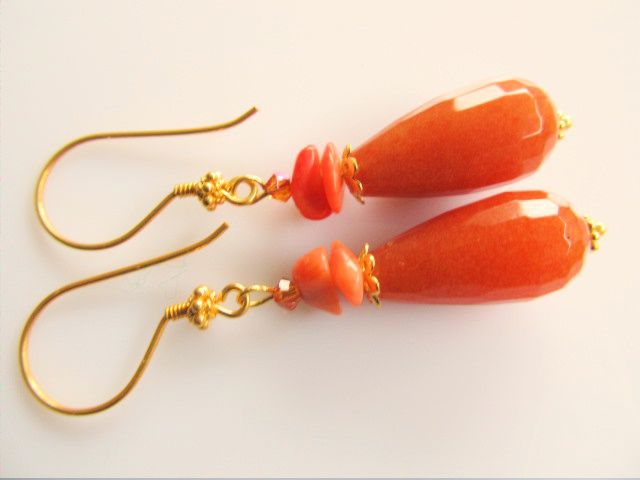 Oorbellen Orange Coral jade pegel facet met koraal split en swarovski kirstal kraaltje. geheel goud op zilver.