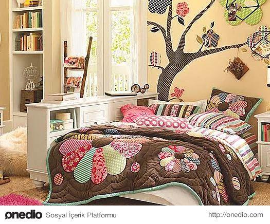 Yatak odasını renklendiren süslemeler.