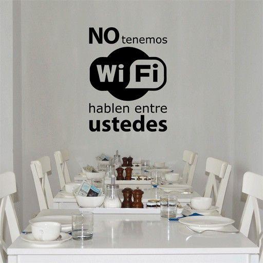 Vinilo barato original y decorativo formado por la frase no tenemos wifi hablen entre ustedes, para no dejar indiferente a nadie