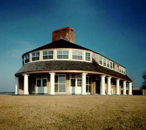 Genoeg dakkapel bij het Kalpakjian House oftewel House on Long Island IV Glen Cove NY. Een ontwerp van Robert Venturi & Denise Scott Brown uit1983.