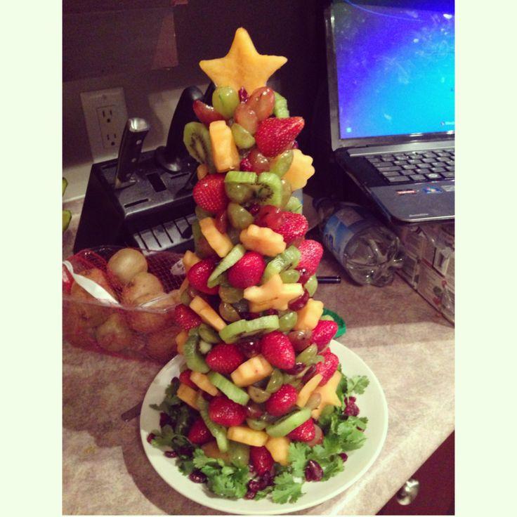 Edible Fruit Christmas Tree:   Arbre de Noël fait à partir de fruits frais pour le dîner partage des amis de la garderie où va mon fils!! Servi avec une trempette au chocolat, pas besoin de vous dire que mon arbre a fait fureur auprès des amis ET des parents!!