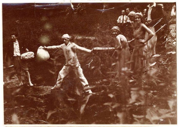 snapshot passage à gué chaîne humaine transport rivière passage animée vers 1920