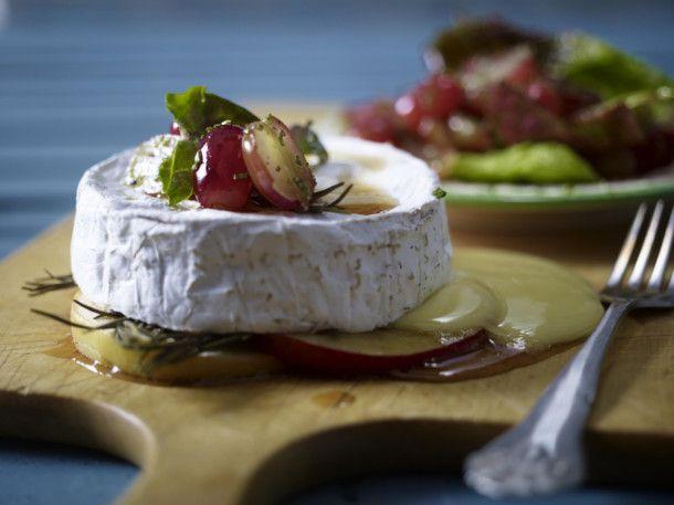 Unser beliebtes Rezept für Gebackener Camembert zu Trauben-Rosmarin-Salat und mehr als 55.000 weitere kostenlose Rezepte auf LECKER.de.